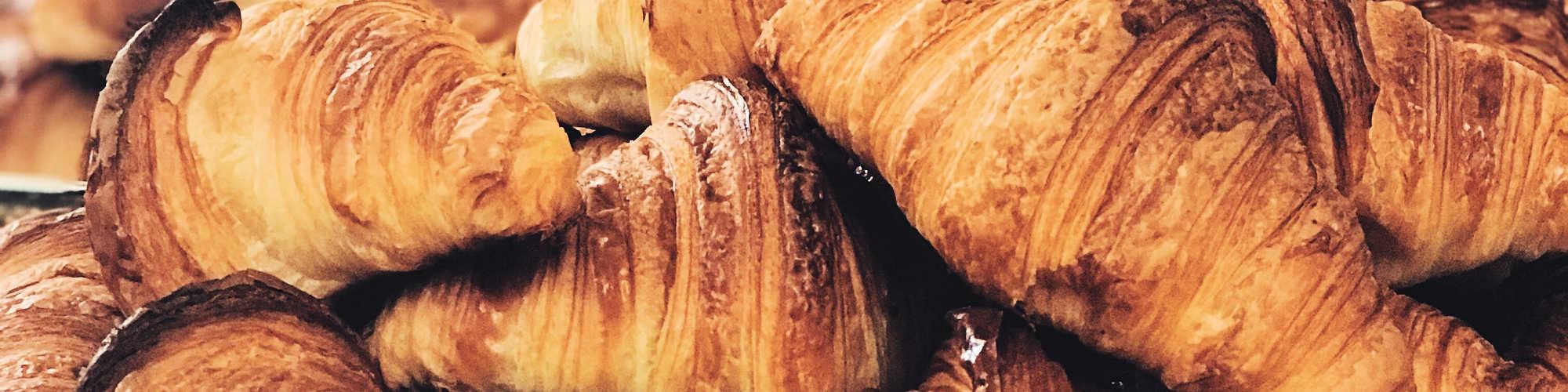 Frühstück mit Croissants